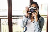 Žena dělat fotografie fotoaparát