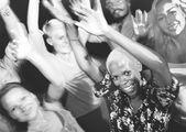 lidé tančí na noční party
