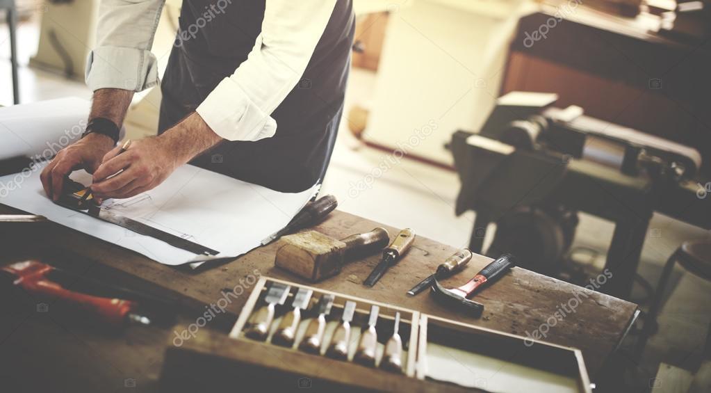 Artesão trabalhando na oficina — Fotografia de Stock