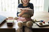 holčička s digitálním tabletu
