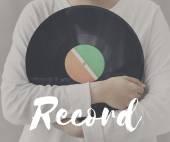 Fotografie schwarzes Vinyl-Scheibe in Händen
