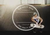 pohledný muž s skateboard