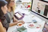 Fotografie Frauen arbeiten mit computer