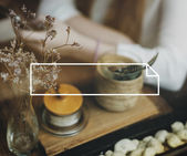 Fotografia telefono navigazione ragazza al café