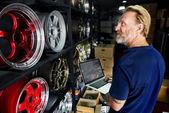 automechanik s notebookem v garáži