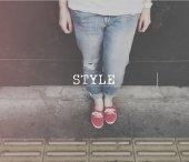 žena nohy v modré džíny
