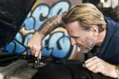 muž mechanik opravy automobilů