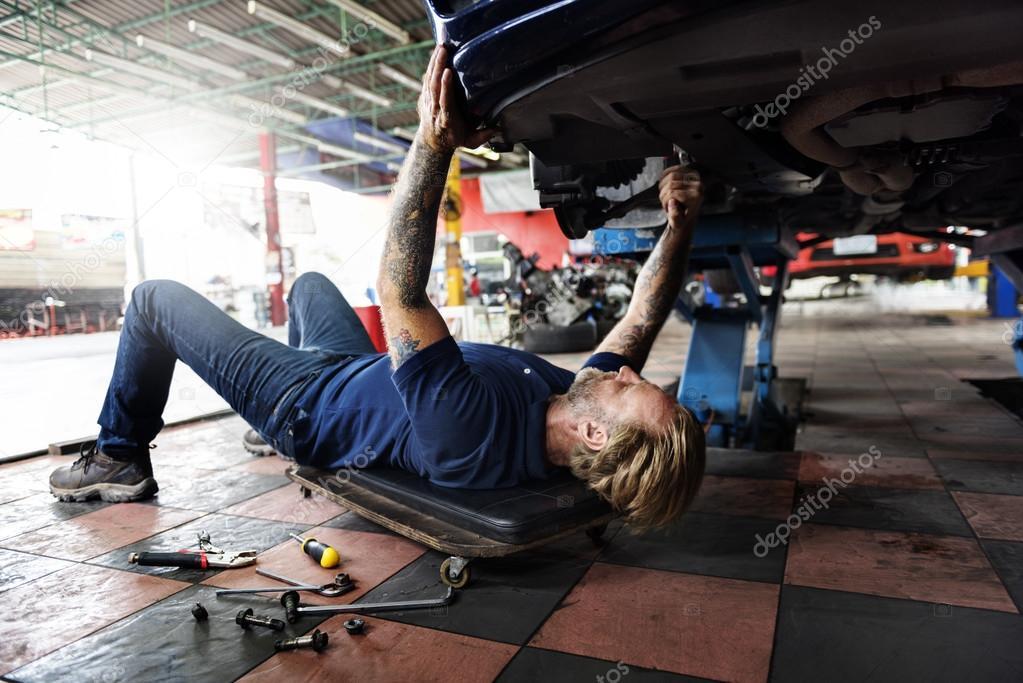 ar Mechanic in Garage