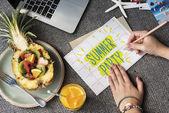 Fotografie Frau schreiben und zeichnen auf Umschlag