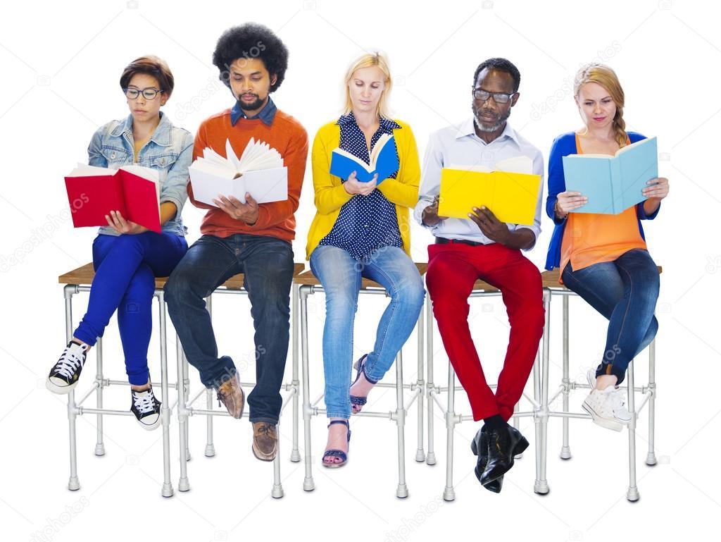 Personas Leyendo Libros, Sentados En Sillas