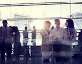 Obchodní lidé pracující v zasedací místnosti