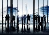 Fotografie Geschäftsleute, die gemeinsam drinnen