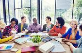 multietnické lidé pracují společně