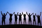Lidé drží za ruce