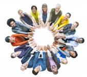 různorodá skupina lidí v kruhu