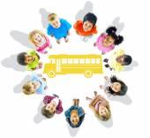 Fényképek gyermekek és a iskolabusz