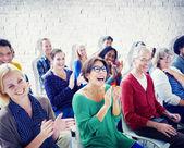 Skupina lidí v semináři