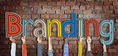 Ruce držící slovo značky