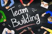 lidé diskutovat o budování týmu