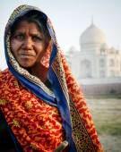 Photo Indigenous Indian Woman near Taj Mahal