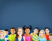 Roztomilý rozmanité děti s úsměvem