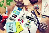 Chaotický kancelářský stůl s konceptem, spuštění