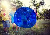 Fotografie Vielfalt von Freunden am Park-Glück-Konzept