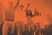 Fotografie multietnické teenagery, drželi se za ruce