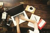 Üzleti nő dolgozik laptop koncepció