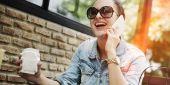 mobiltelefonon beszélő nő