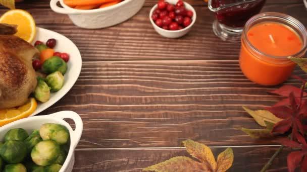 Frau Hand auf den Tisch gelegt traditionelle Scheiben Honig glasierten Schinken für festliche Weihnachten oder Thanksgiving-Tag.