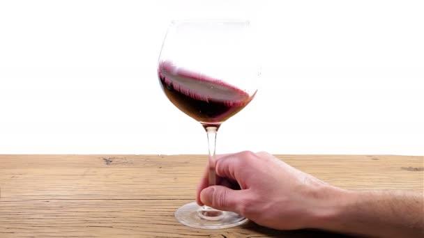 Vířící sklenice na červené víno