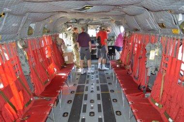 Cleveland, OH-USA 31 Ağustos 2019: Cleveland Ulusal Hava Gösterisinde CH-47 Chinook Askeri Kargo Uçağı yer alıyor. Ekrandaki sıçrama koltukları.