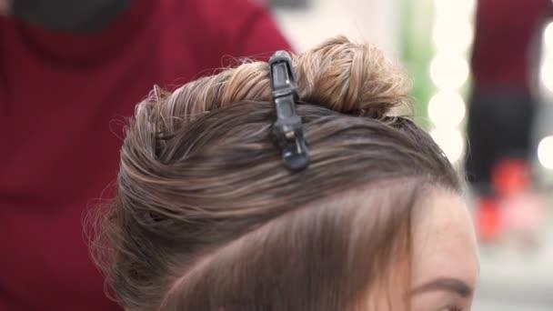 plocha koruny na dlouhých mokrých vlasech je oddělena a připíchnuta sponkou na vlasy