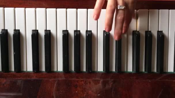 Klavier, Nahaufnahme von Klaviertasten und Klavierhänden