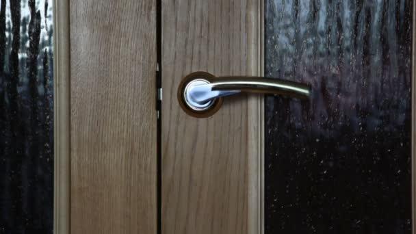 Tür auf, Tür zu, Türgriff zu