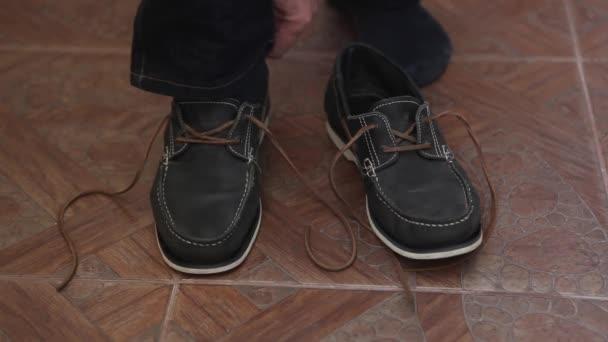 Se lidé oblékají boty