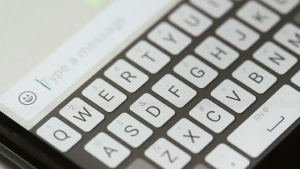 Gépelés üzenet-ra mozgatható telefon.