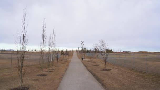 Vertikale Windturbine Solarzellen-Kombination Laternenmasten säumen einen Weg in einem Gemeinschaftspark in Airdrie Alberta Kanada.
