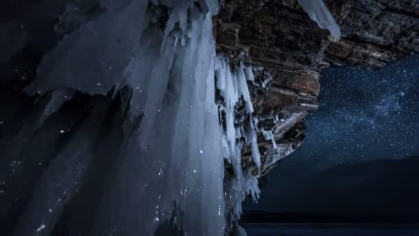 Nachts dreht sich der Sternenhimmel. Blick durch Eishöhle.