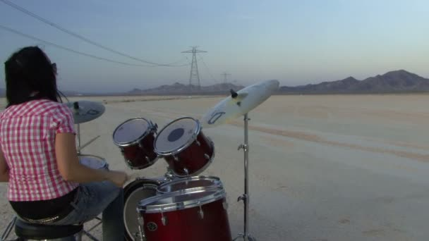 Resultado de imagem para mulher a tocar bateria