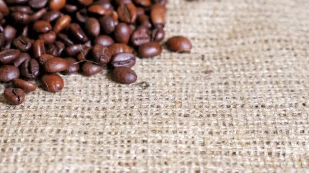 Kaffeebohnen auf dem Sacktuch. Kugelstoßer.