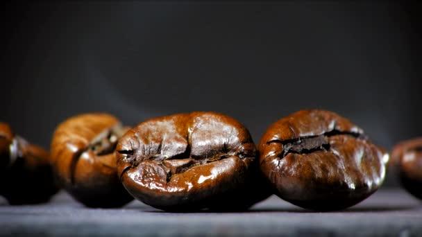 Fried kávová zrna s kouřem. Zblízka.