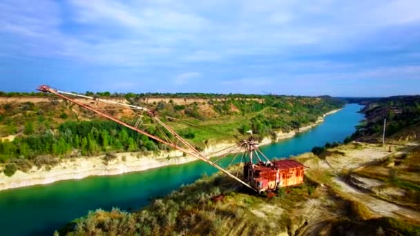 Letecký pohled na obří důlní rypadlo v lomu Písek