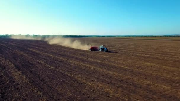 Letecký pohled na výsev traktoru pšenice