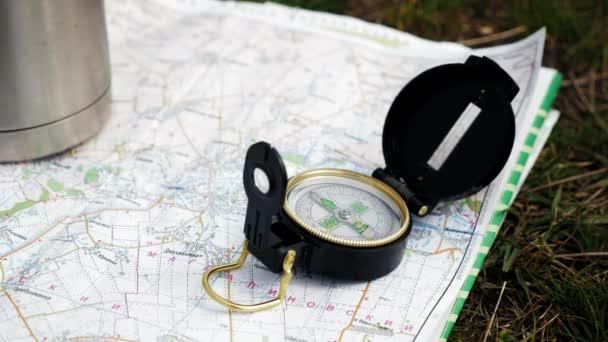 topografická mapa s kompasem