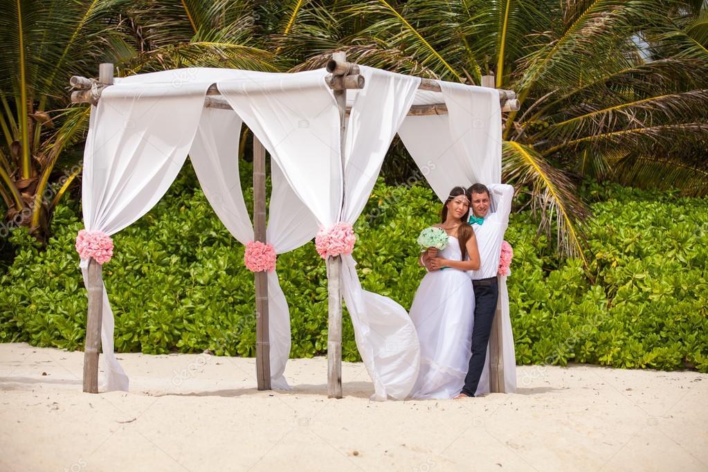 Junge Liebende Paar Hochzeit Im Pavillon Stockfoto C Vladmilkov