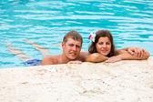 Mladý pár v bazénu - Letní cestování fotografie