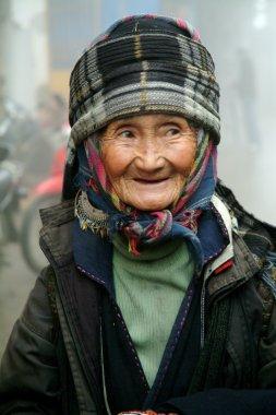 Vietnam'daki eski siyah Hmong kadın portresi.