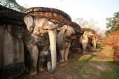Sloní socha v pagodu ve starověkém chrámu.